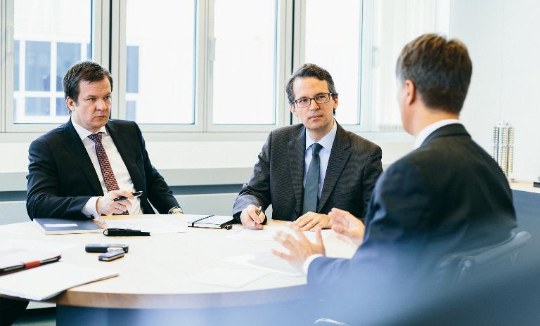 Roland Berger's Jochen Gleisberg (l.) and Philipp Grosse Kleimann (m.) talking to BMW's Harald Krüger